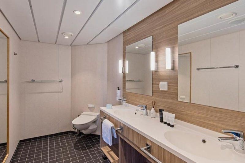 Ruime, moderne badkamer aan boord