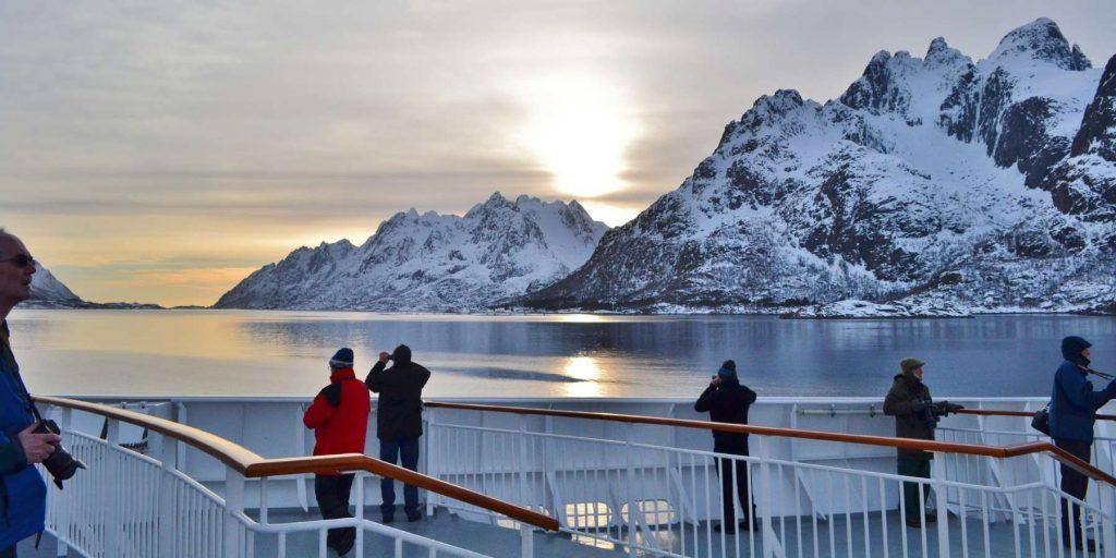 Op het dek van het Hurtigrutenschip het uitzicht bewonderen.