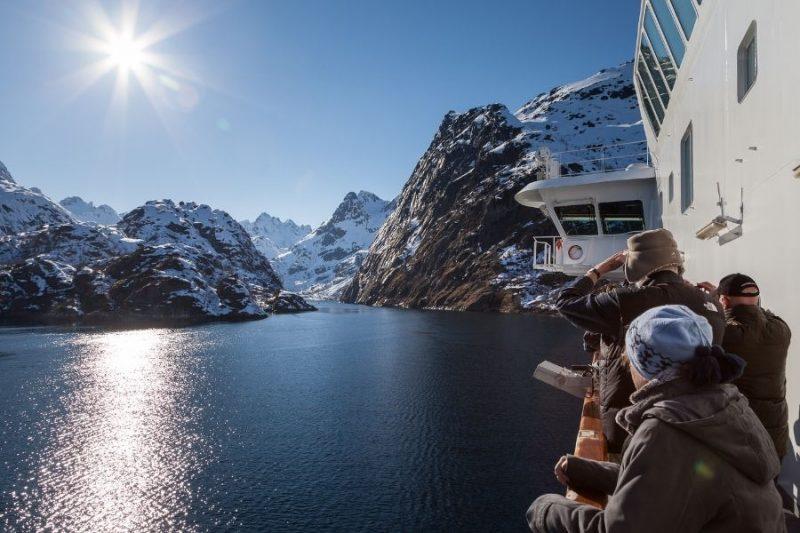 Het uitzicht bewonderen aan boord van het Hurtigruten expeditieschip.