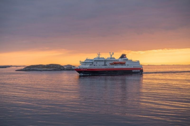 Hurtigrutenschip met middernachtzon