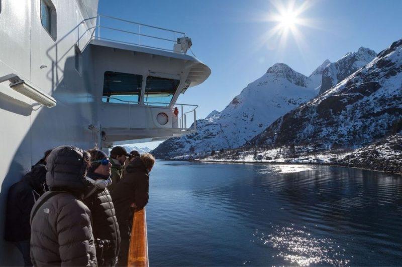 Het uitzicht bewonderen aan boord van de MS Polarlys