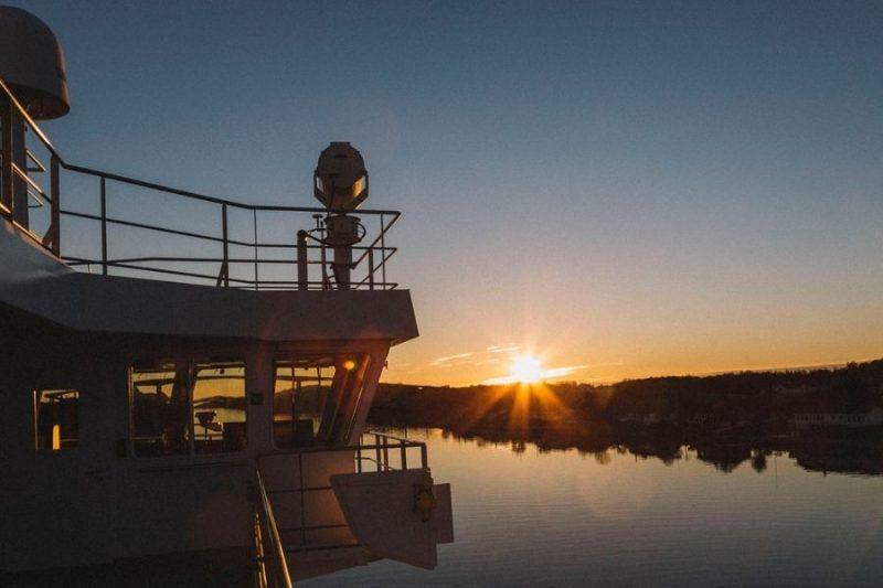 Genieten van de zonsondergang aan boord van de MS Spitsbergen