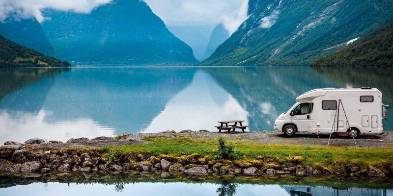 Camper aan de fjorden in Noorwegen