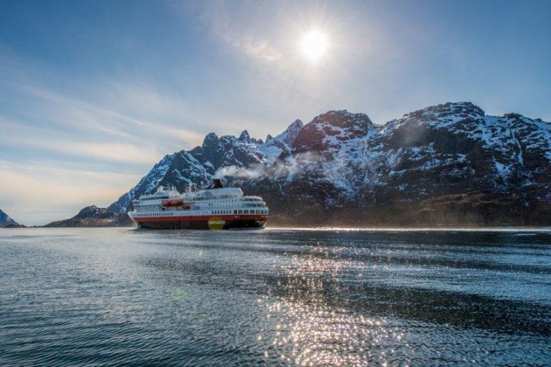 Hurtigrutenschip aan de Noorse kust