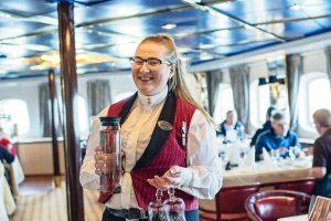 Bediening in het restaurant van MS Vesteralen