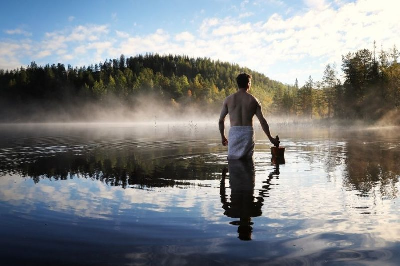 Vers water halen voor de sauna in Finland