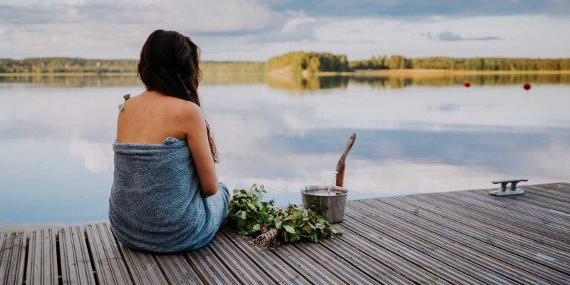 Afkoelen na de sauna bij een meer in Finland - ©Julia Kivela Lahti