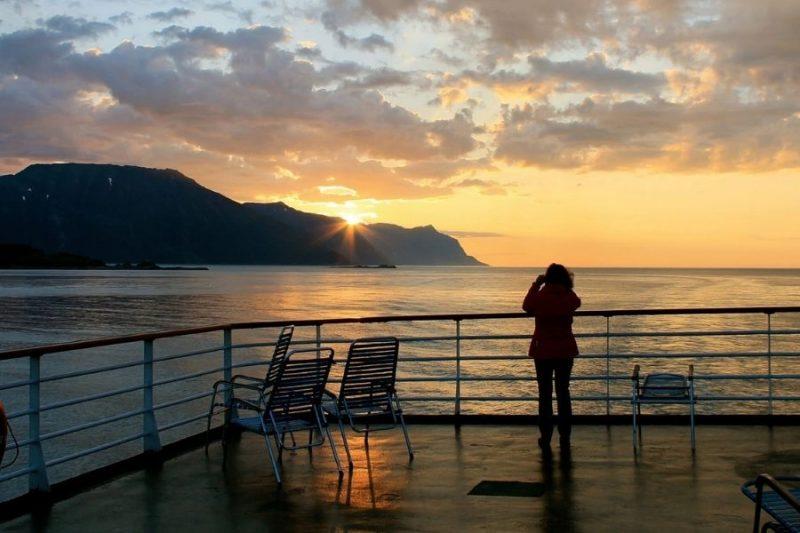 Passagier geniet van uitzicht aan boord van de MS Vesteralen