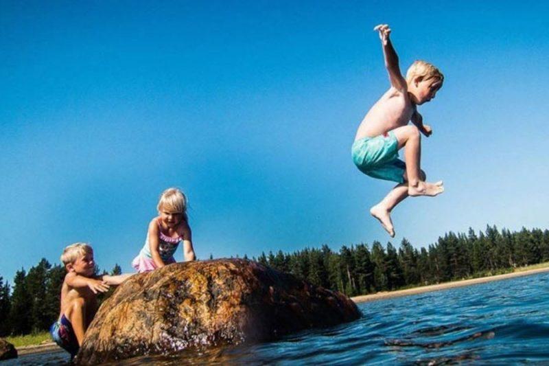 Kinderen beleven waterpret aan de Zweedse meren