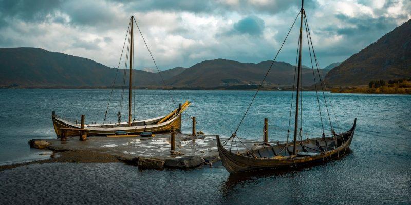 replica's van Vikingschepen op de Lofoten