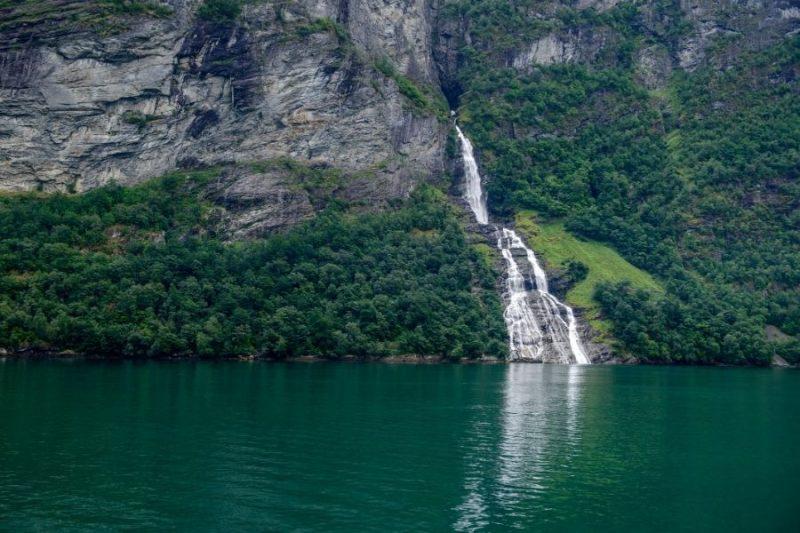 De vrijer waterval bij de Geirangerfjord.