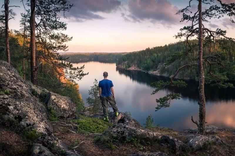 Wandeling rond bossen en meren in Mantyharju Finland met Nordic