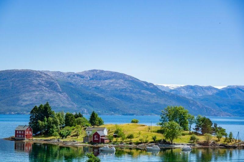 Het helderblauwe water van de Hardangerfjord.