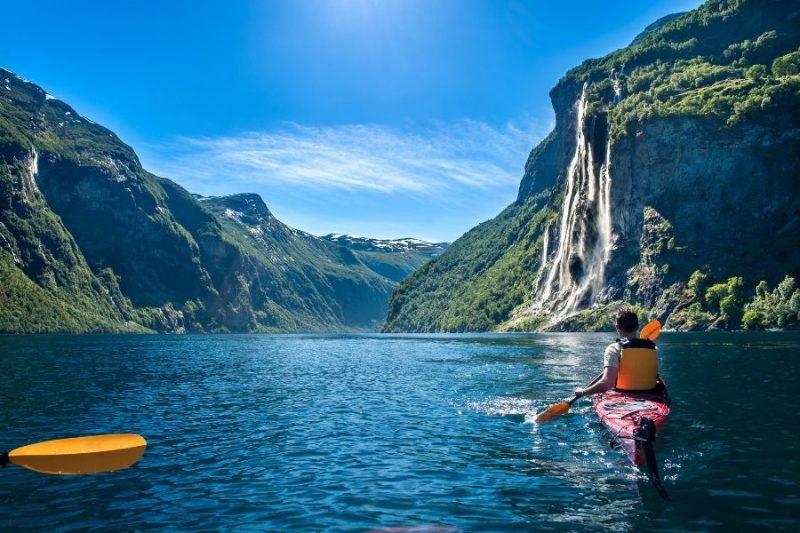 Op de Noorse fjorden kan je heerlijk kajakken en kanoën