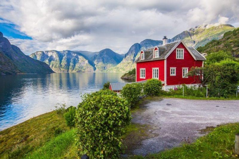 Authentieke rode huisjes bij het Sognefjord.