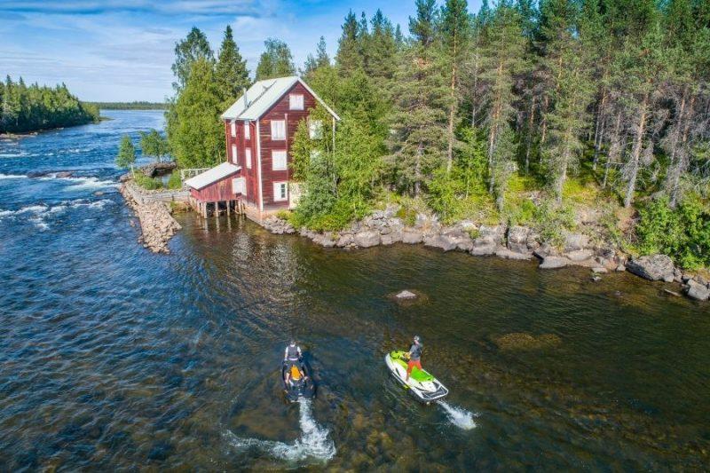 De lodges zijn uitstekend gelegen om 's zomers af te koelen in het water