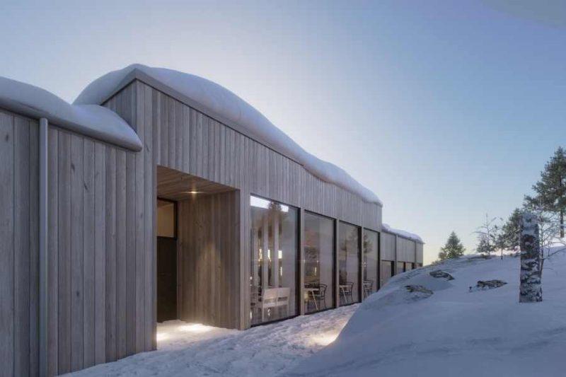 Vanuit het hoofdgebouw van de Lapland View Lodge geniet je van een prachtig uitzicht dankzij de panoramische ramen - ©Explore The North