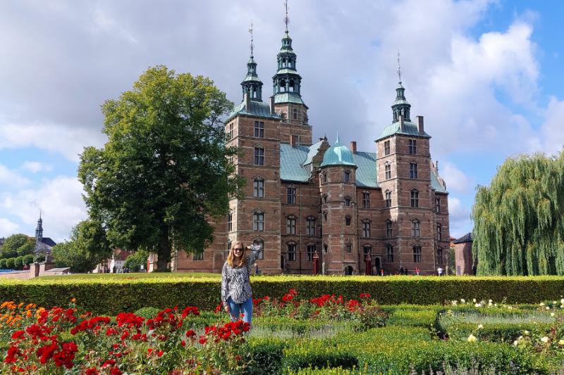 Groot kasteel met mooie tuin ervoor in Kopenhagen
