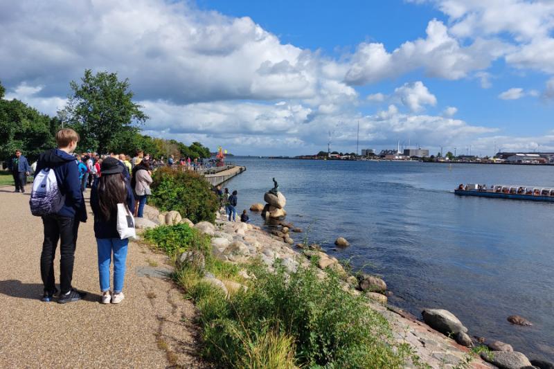 Het beroemde beeld van de kleine zeemeermin in Kopenhagen