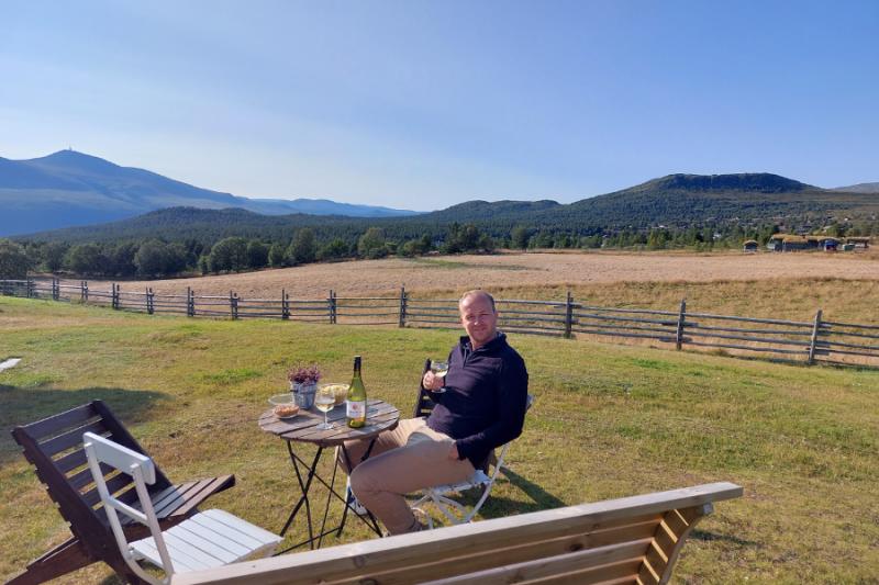 Zittend met een drankje op het terras bij het Selet formoseter in Hovringen